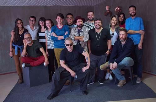 Participantes posam para foto durante apresentação de material