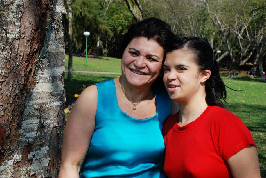 A advogada Marlene Dias Moura, 62 anos, com a filha Mayara, 28 anos: a mãe, que é presidente da Associação Reviver Down, usa sua experiência de vida para ajudar outras famílias sem informações sobre a síndrome. Fernando Zequinão/Gazeta do Povo.