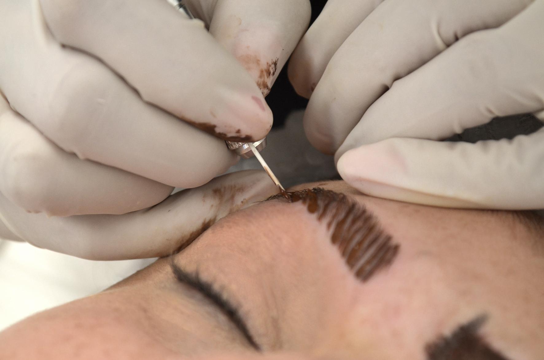 O que é microblanding? A nova técnica promete deixar as sobrancelhas com um ar mais natural
