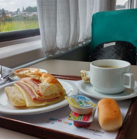 Durante a viagem, os passageiros podem saborear espumante e um café da manhã.