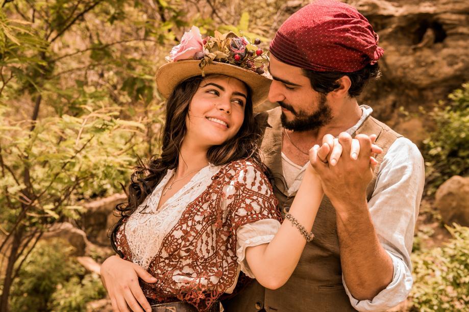 Maria Tereza (Julia Dalavia) e Santo (Renato Góes): principal par romântico.