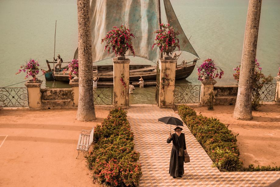 Padre Romão (Umberto Magnani) chega a Fazenda de Grotas, propriedade de Afrânio (Rodrigo Santoro).