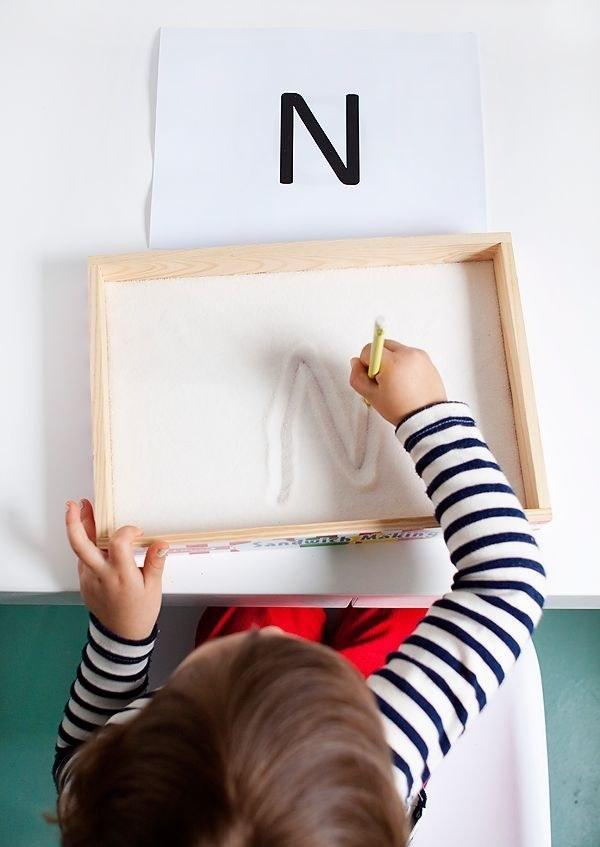 Use um canudo ou mesmo um lápis normal para o desenho sair perfeito (Foto: Reprodução BuzzFeed)