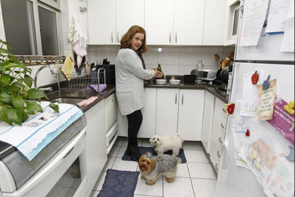 Cristine Brand mudou a alimentação dos seus cães: menos cocô e menos sede.  Foto: Antônio More / Gazeta do Povo