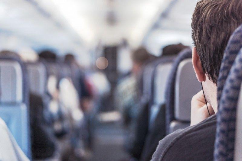 Fique atento: a pedido do comandante, a tripulação pode prender um passageiro durante o voo. Há até algemas à disposição. Foto: Visualhunt