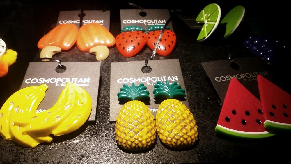 Brincos de frutas em resina, inspirados no universo de Carmem Miranda.
