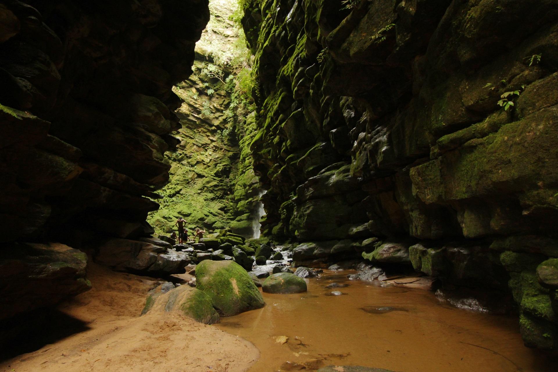 Mais seguro, paraíso perto de Curitiba tem cachoeira de 30 metros. Veja fotos!