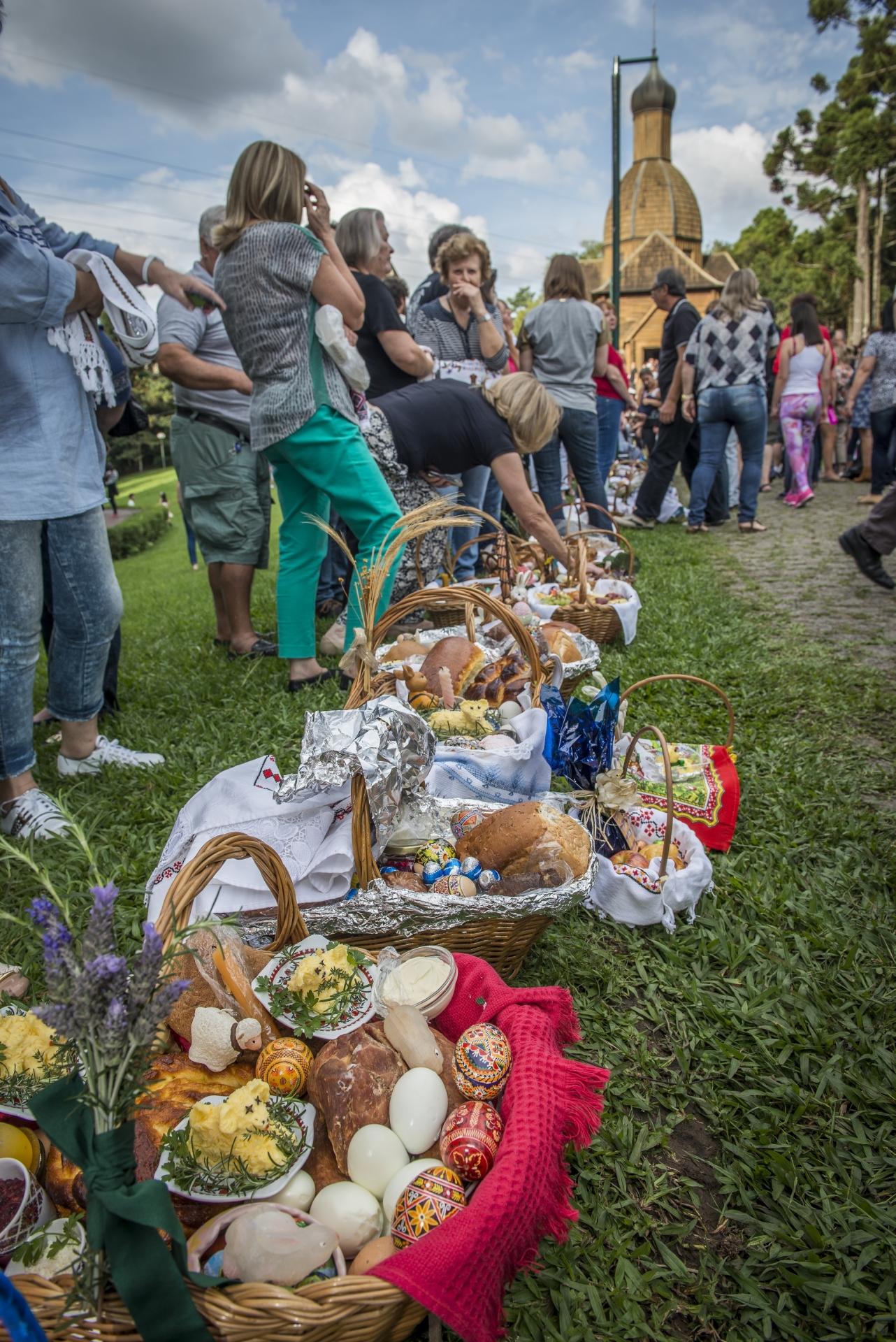 Ucranianos esperam a benção das cestas no Memorial Ucraniano (Foto: Letícia Akemi / Gazeta do Povo)