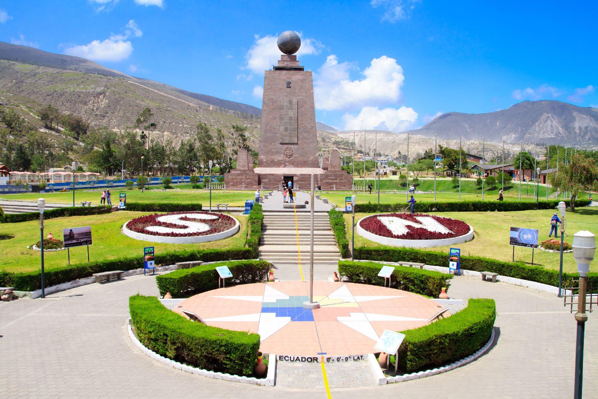 O monumento que marca a divisão do mundo em dois hemisférios, a Linha do Equador, é um dos mais procurados pelos turistas. Foto: Bigstock