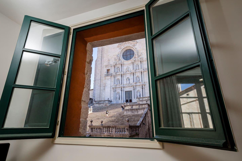 Catedral de Girona, na Espanha, vista a partir de janela de quarto listado no Airbnb. Foto: DIvulgação