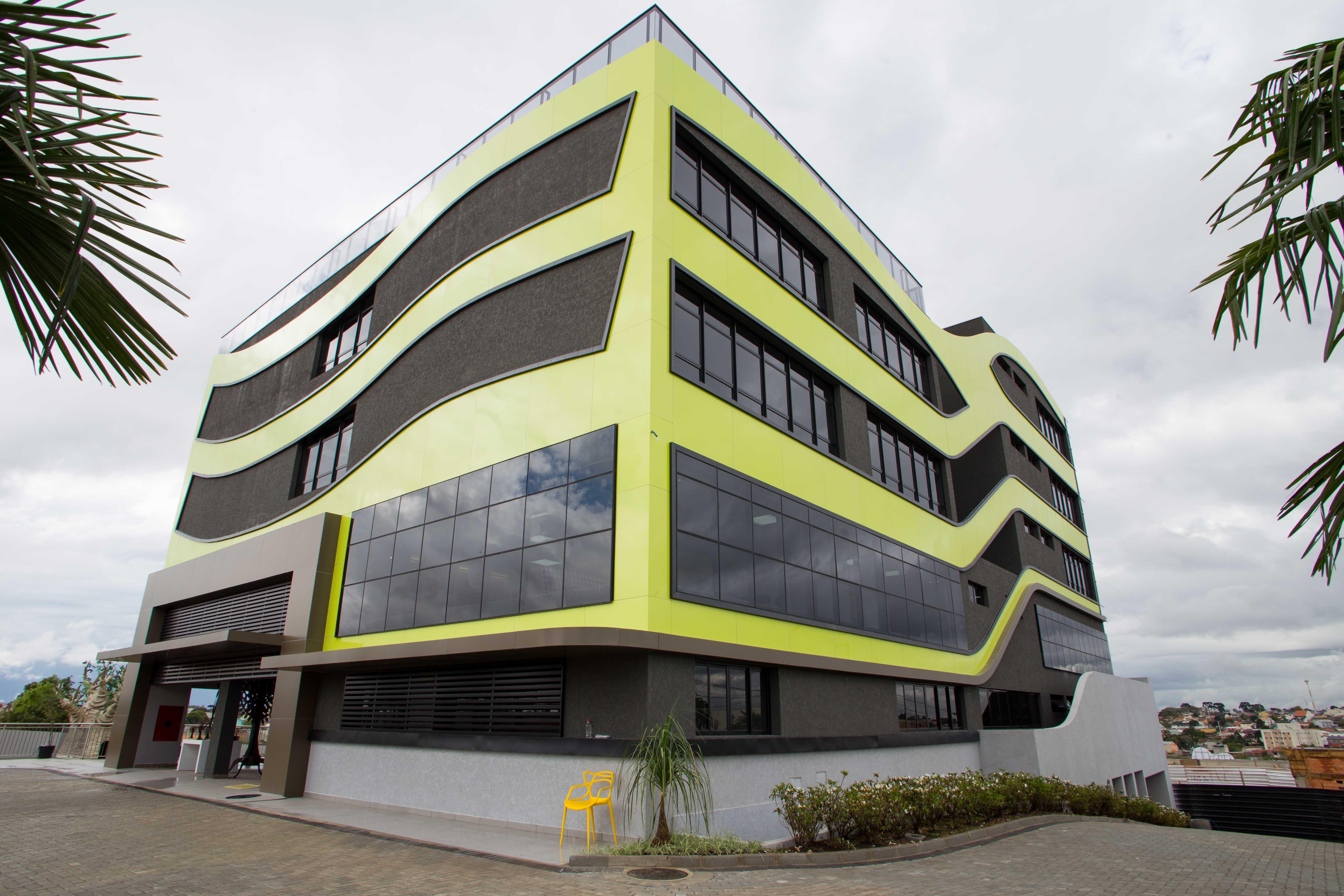 Colégio Amplação, em Curitiba, redesenhou a infraestrutura das salas de aula e treinou a equipe docente. As salas de aula  são em formato 360° para atender ao novo modelo proposto.