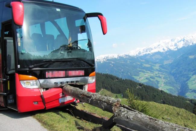 Quase: foto da polícia local divulgada pelo site Salzburg 24 mostra o ponto em que o ônibus parou. Foto: Reprodução