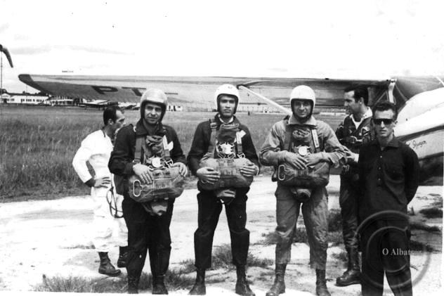 Paraquedistas do Albatroz posam no final dos anos 1960. Foto: Albatroz/Arquivo
