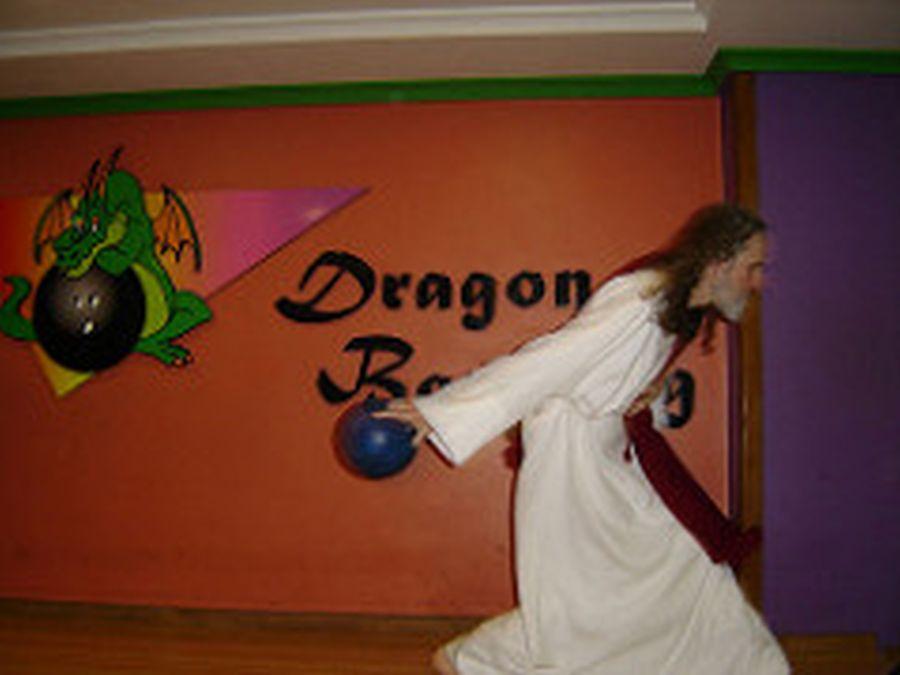 INRI arrisca jogadas em uma partida de boliche. Foto: INRI Cristo/Arquivo Pessoal
