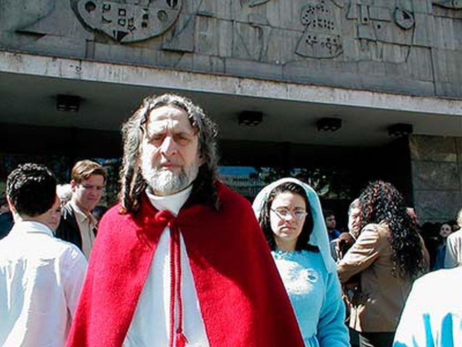 INRI posa em frente ao Teatro Guaíra, onde conta ter assistido a um concerto. Foto: INRI Cristo/Arquivo Pessoal