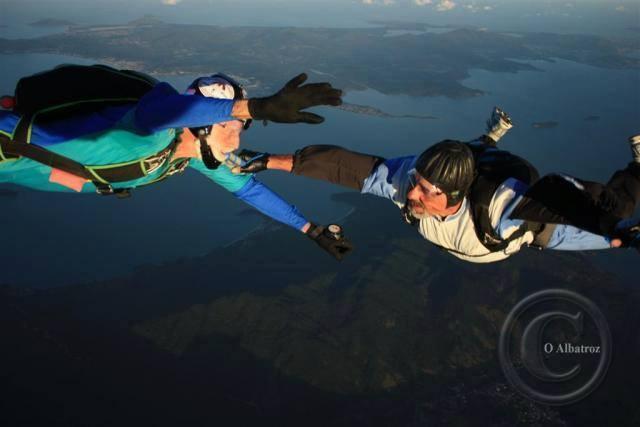 Schirmer, à esquerda, durante um de seus quase quatro mil saltos. Foto: Facebook/Reprodução