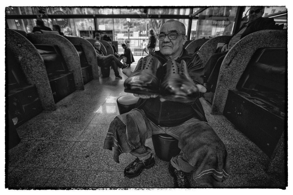 O engraxate conhecido como Chaveirinho. Foto: Jonathan Campos / Gazeta do Povo