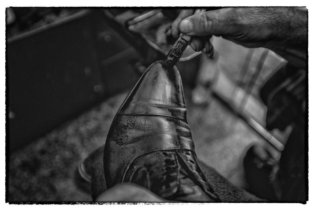 """A série """"escova-o-sapato-limpa-passa-pano-aplica-graxa-e-ainda-mais-um-pouco-se-precisar"""" pode ser feita até de olhos vendados. Foto: Jonathan Campos/Gazeta do Povo"""