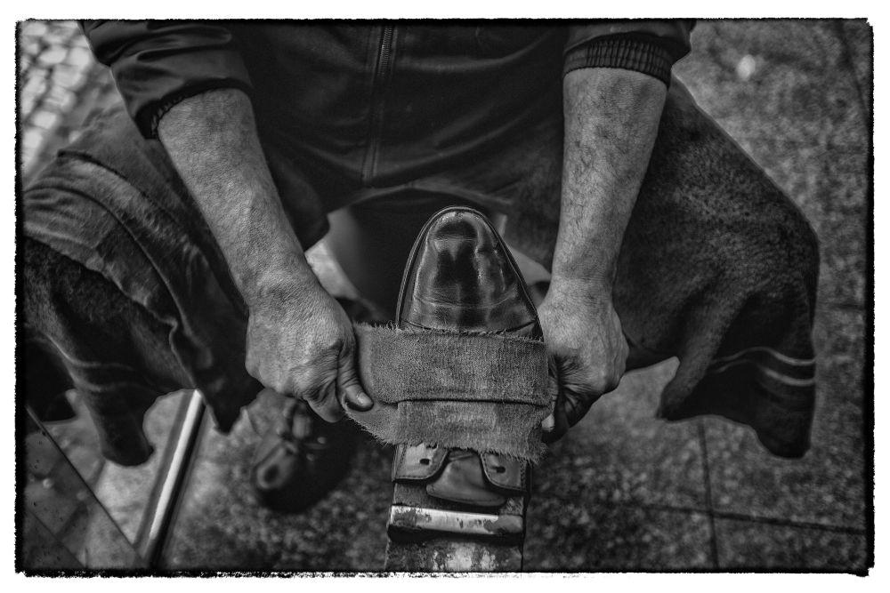Na dúvida, mantenha os sapatos bem lustrados e siga a dica do engraxate: devagar e sempre. Foto: Jonathan Campos/Gazeta do Povo