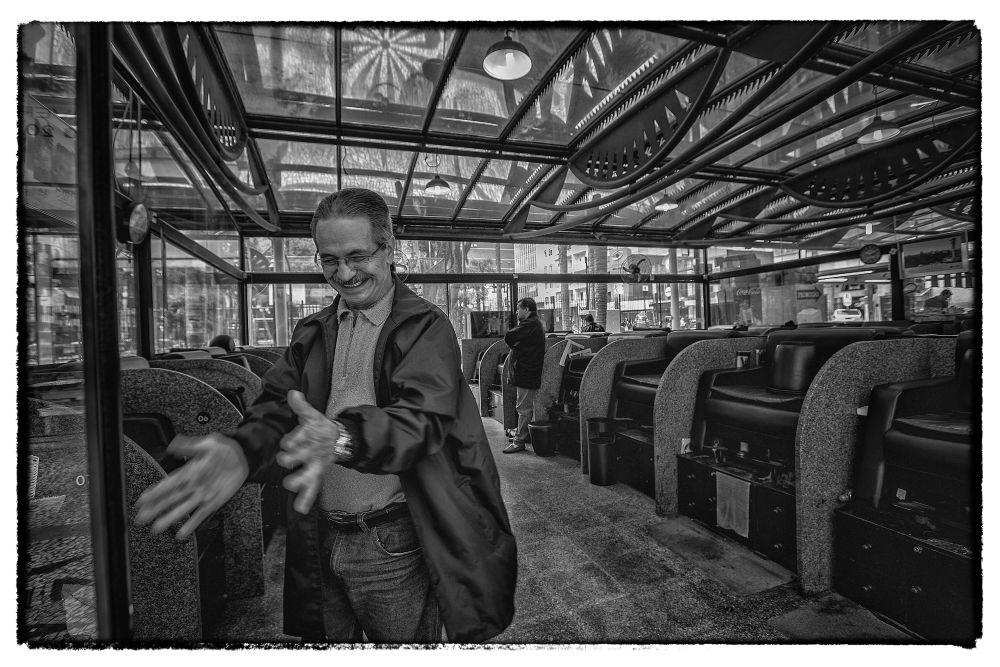 """Tico, o engraxate mais antigo da Boca do Brilho, teve clientes """"do alto escalão"""" assíduos, como o ex-prefeito de Curitiba, Cássio Taniguchi. Foto: Jonathan Campos / Gazeta do Povo"""