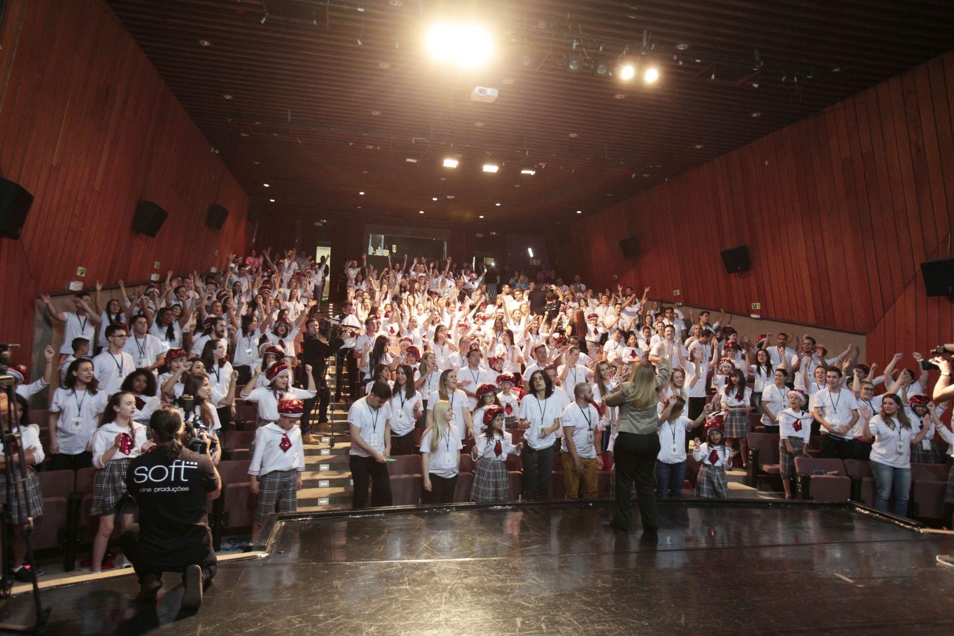Dulce coordena um ensaio no primeiro dia do espetáculo do Palácio Avenida, em 2017. Foto: Marco Charneski/Tribuna do Paraná