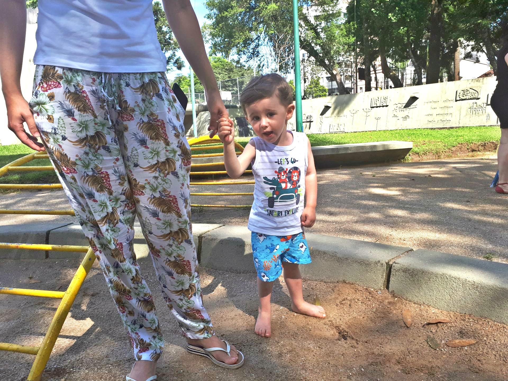 O pequeno João Pedro, de um ano e 11 meses, é frequentador assíduo da 29 de Março junto com a mãe, a farmacêutica Karine Gato. Foto: Carolina Werneck/Gazeta do Povo