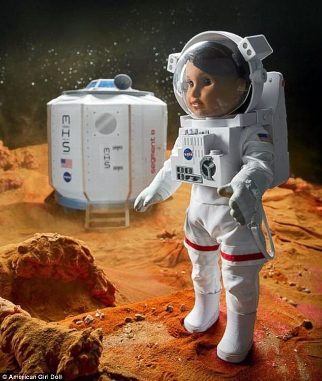 A boneca tem macacões espaciais. Foto: Reprodução
