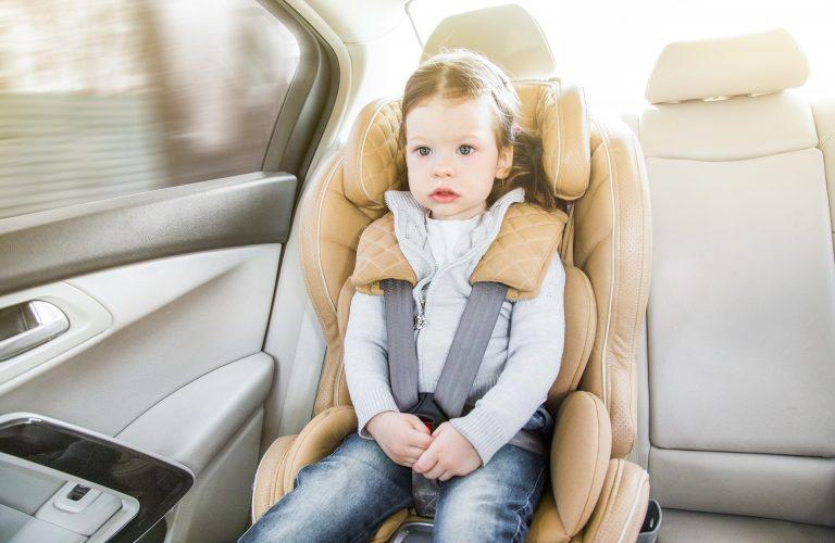 Como a cabeça da criança é proporcionalmente maior que a cabeça do adulto, durante uma freada brusca ou acidente, a projeção do corpo sempre será pela cabeça. Foto: Bigstock.