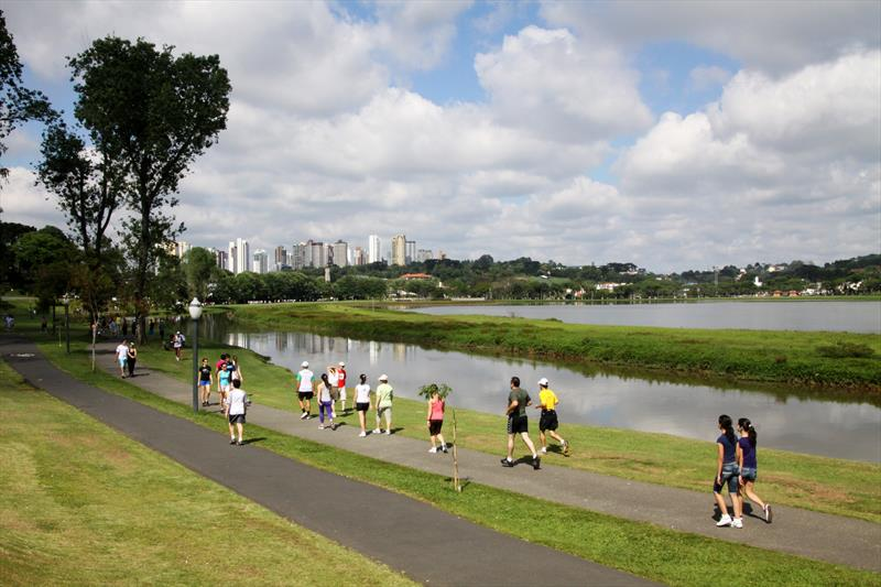 Pistas de corrida nos parques são recomendadas para exercícios e atividades por sua regularidade. Foto: Divulgação/Prefeitura de Curitiba.
