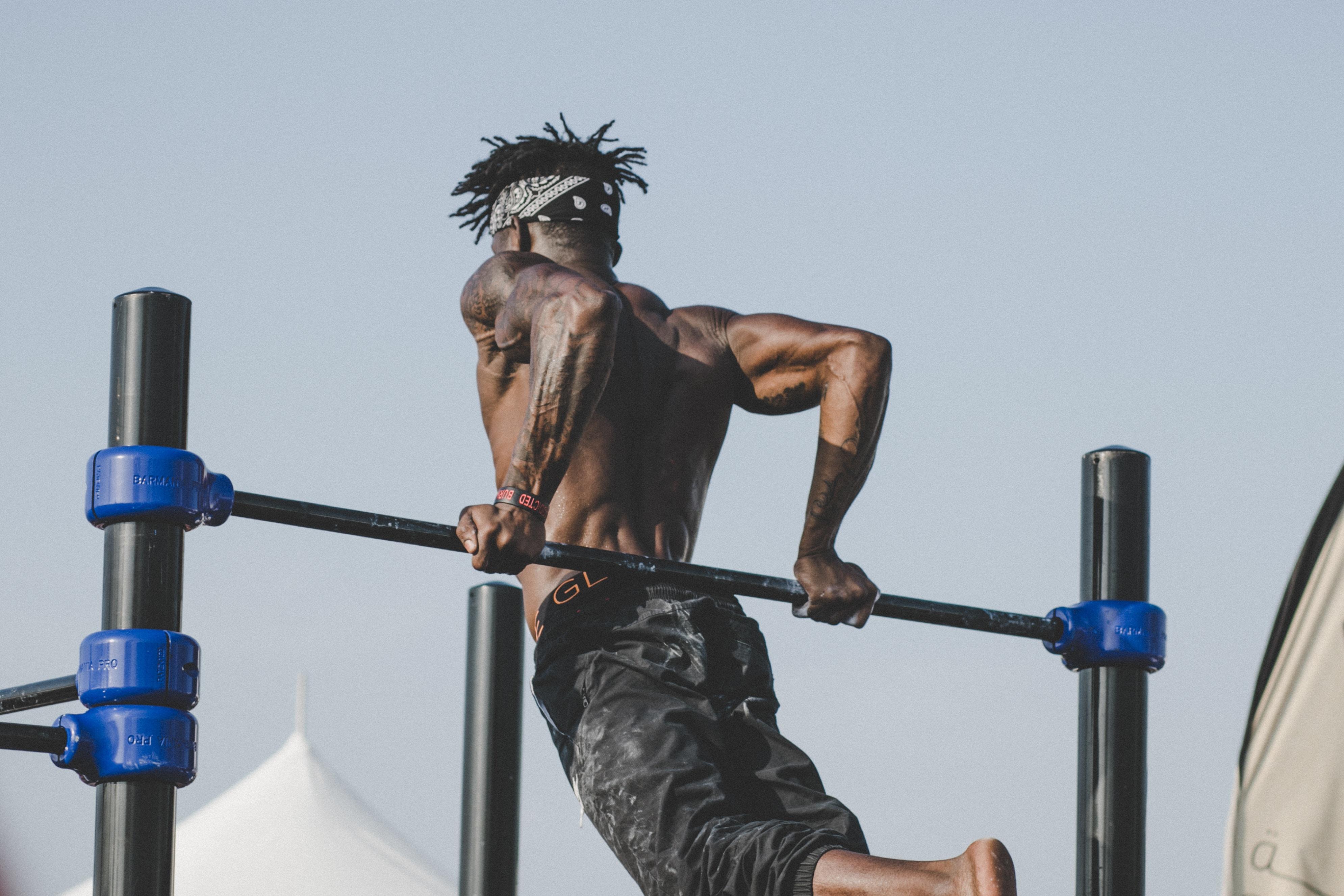 Exercícios mais pesados necessitam de acompanhamento. Foto: Unsplash.