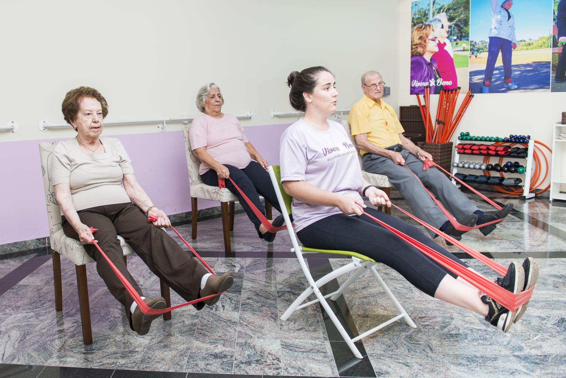 No espaço Vivere Bene, idosos realizam atividades voltadas ao bem-estar físico e mental. Foto: Letícia Akemi/Gazeta do Povo.