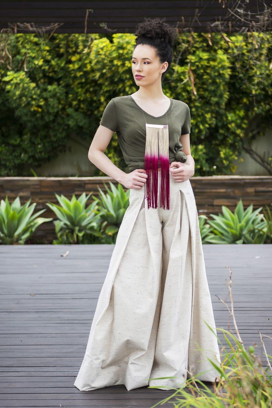 Calça pantalona é uma opção para ser usada com camiseta e deixar a produção menos básica. Foto: Letícia Akemi/Gazeta do Povo.
