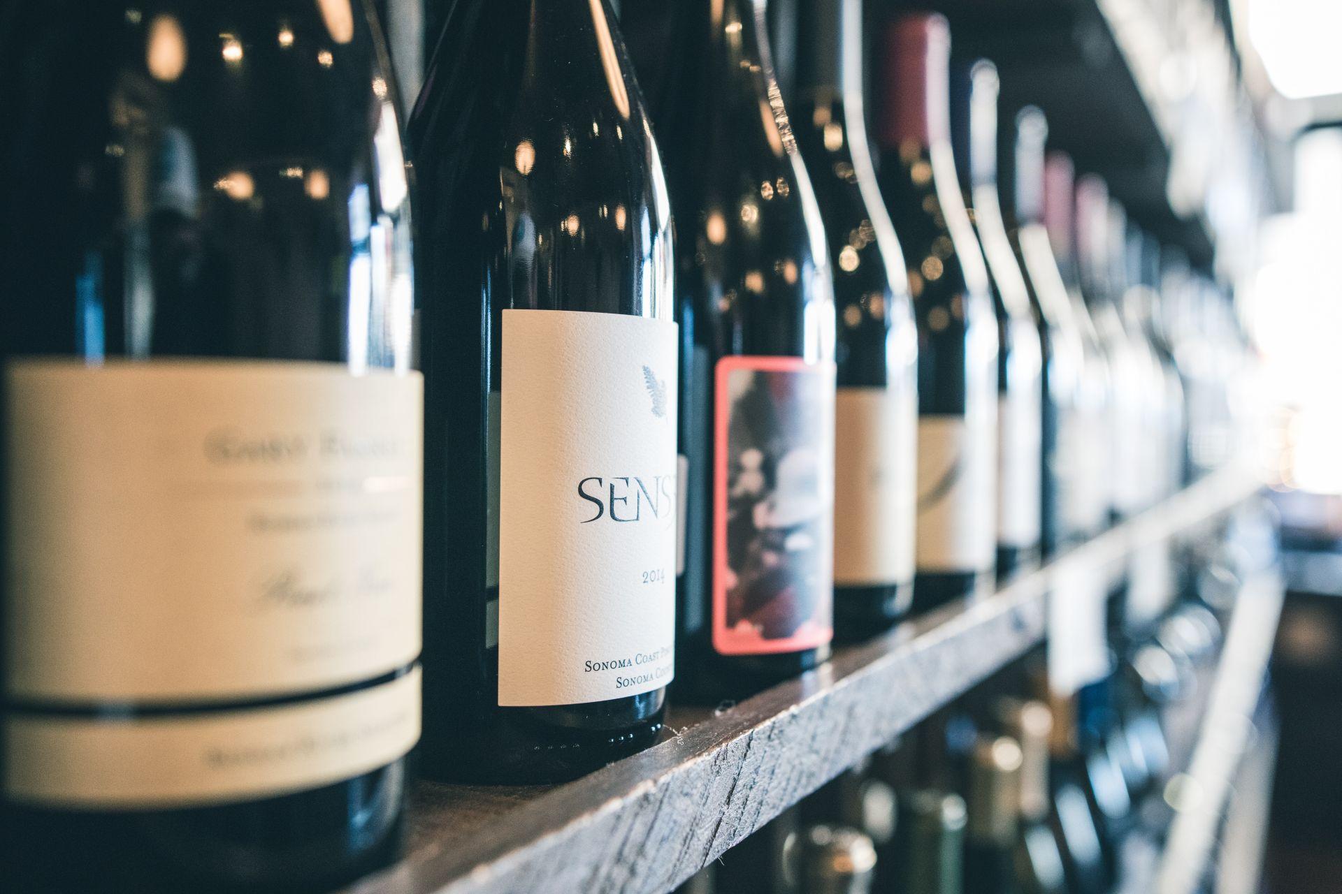 Vinhos e cervejas podem ser trazidos, desde que respeitem a quantidade limite por passageiro. Foto: Scott Warman/Unsplash
