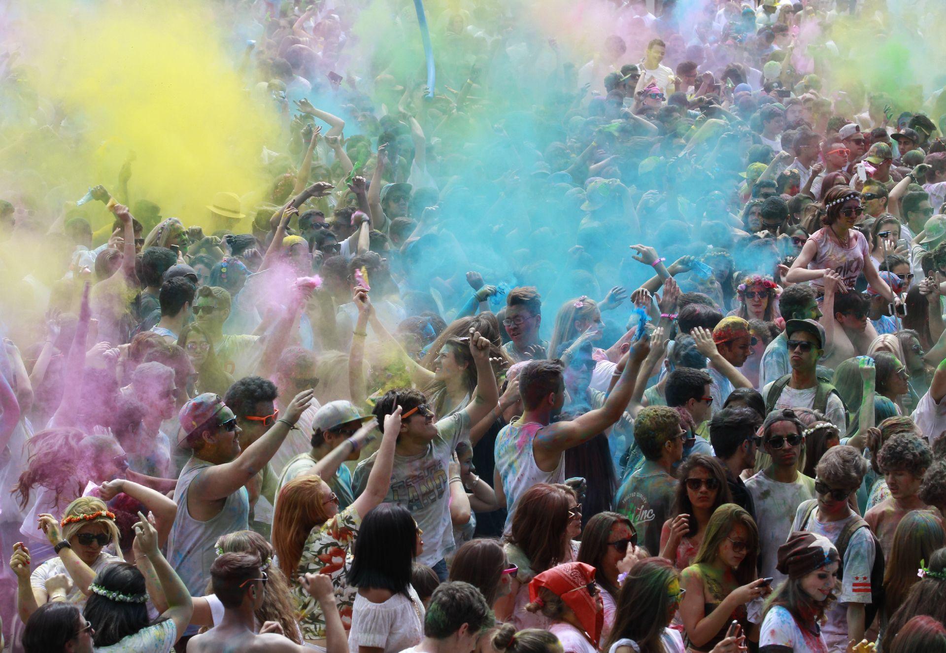 Festa da cores , Happy Holi, na Pedreira Paulo Leminski : Curitiba festiva. Foto: Gazeta do Povo.