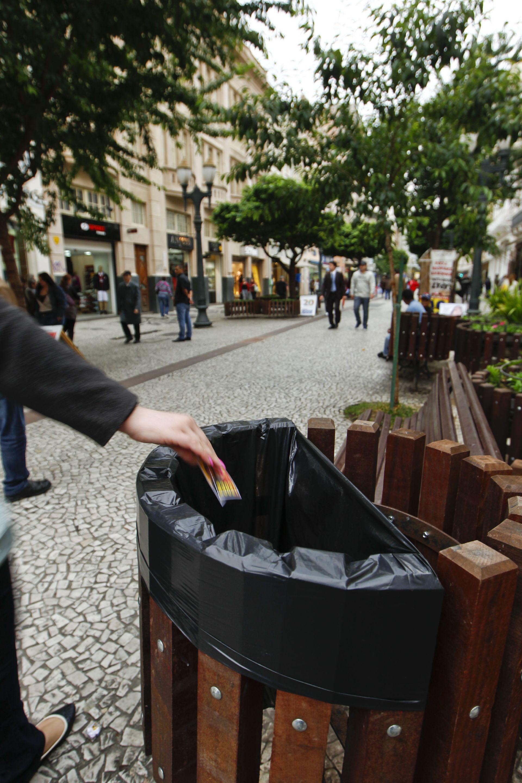 Lixeiras por todo lado e o hábito de manter a cidade limpa. Foto: Daniel Castellano / AGP / Agencia de Noticias Gazeta do Povo