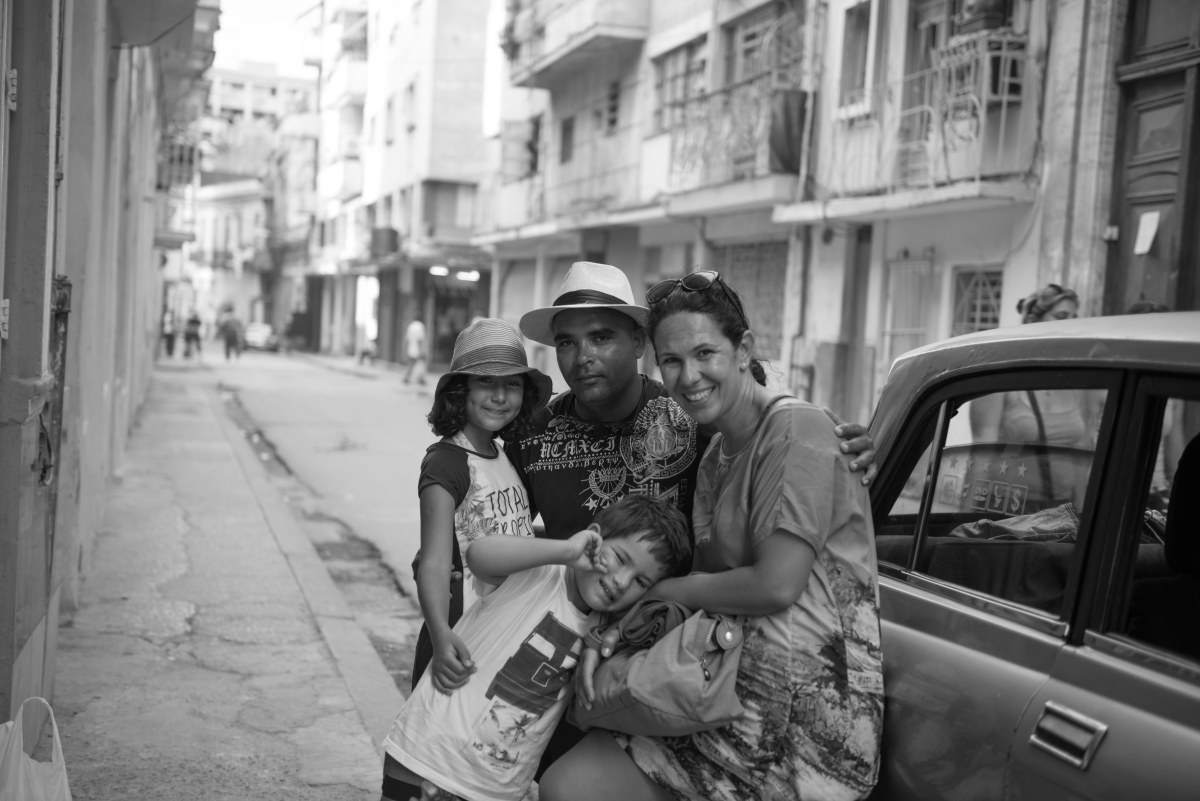 Na misteriosa e surpreendente Cuba, a família contratou Yudenes, guia e motorista em Havana. Foto: acervo pessoal.