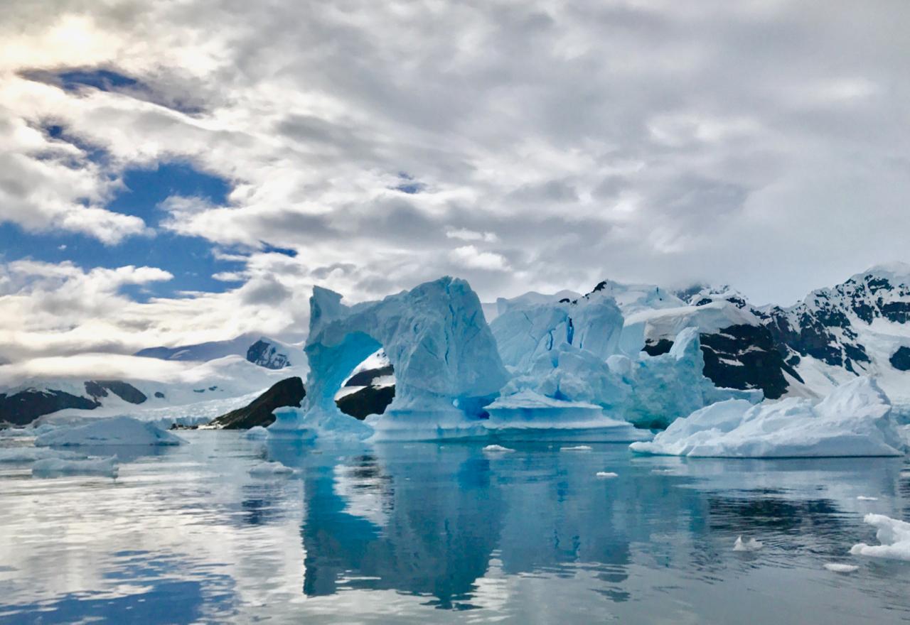 Muito gelo, muito branco e muitos tons de azul no continente gelado. Foto: Divulgação
