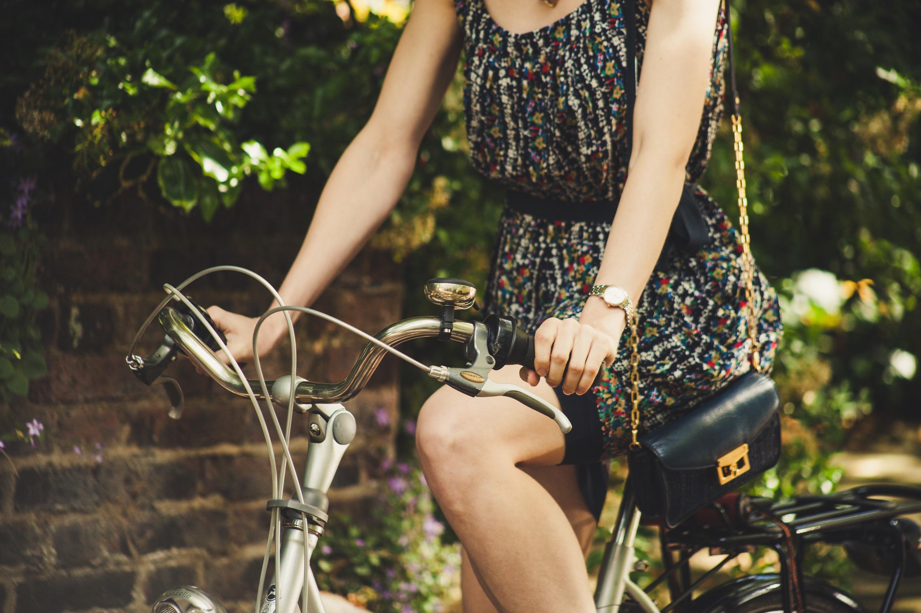 Gestantes devem evitar exercícios como andar de bicicleta. Foto: Unsplash.