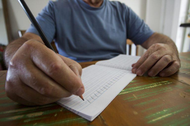 Nereu Mendes, de 62 anos, descobriu o mal de Parkinson há um mês e, de lá para cá, tem lutado para aprender a conviver com os sintomas (Foto: Daniel Caron / Gazeta do Povo)