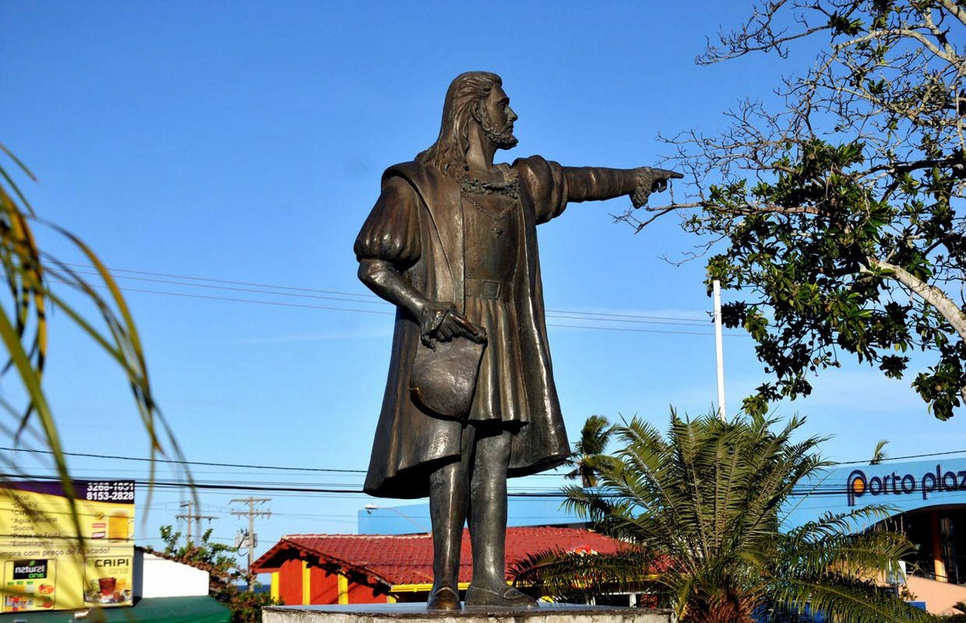 Com seu braço estendido, Cabral dá as boas-vindas e aponta na direção do casario colonial que forma a passarela do descobrimento, a poucos metros dali. Foto: divulgação.
