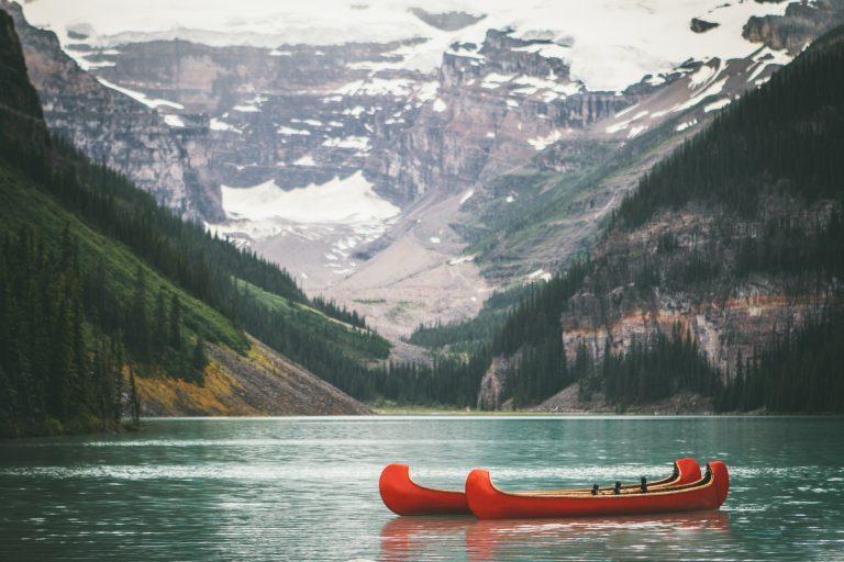 Navegar em pequenas embarcações é uma das atividades recorrentes no Lago Louise, em Alberta, Canadá. Foto: Unsplash