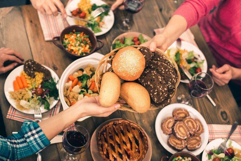 A escolha dos alimentos e dos horários que você come durante a noite têm papel fundamental na sua saúde. Foto: Bigstock