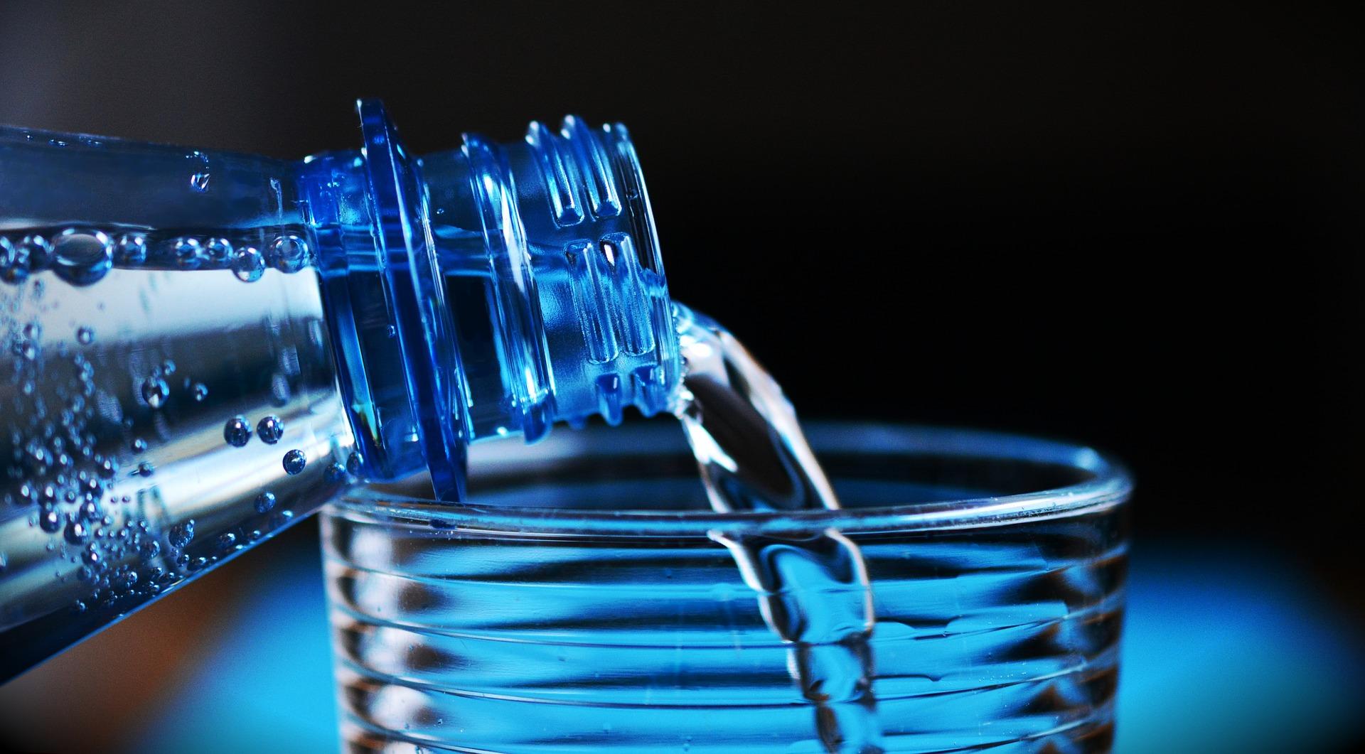 Tomar água, suco e chás deve fazer parte da rotina. Foto: Pixabay.
