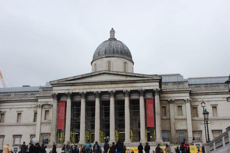 Turistas em frente ao The National Gallery, em Londres: cidade é o destino central para quem quer conhecer outros países com facilidade. Foto: Isadora Rupp/Gazeta do Povo.