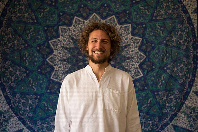 A vivência será ministrada pelo professor de professor de Kundalini yoga e Hatha yoga, terapeuta de Reiki e Cura Vibracional Tibetana Luiz Pura Luz