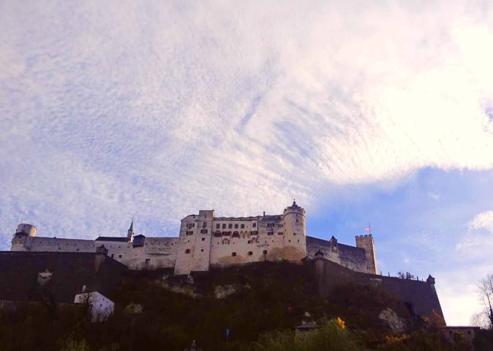 Do alto de um paredão de pedra, a fortaleza guarda a cidade de Salzburgo, na Áustria, há mais de 940 anos. Foto: Carolina Werneck/Gazeta do Povo