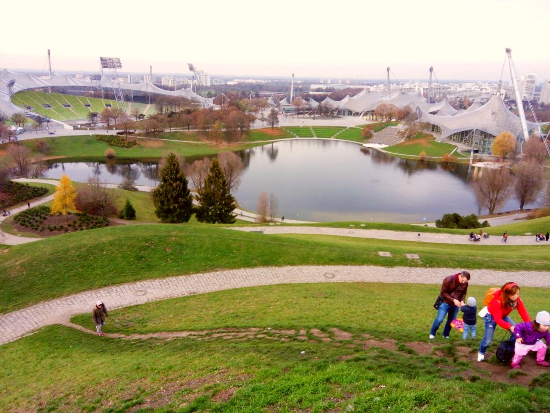 Vista de cima de uma das colinas do Parque Olímpico de Munique, com o estádio à direita. Foto: Carolina Werneck/Gazeta do Povo