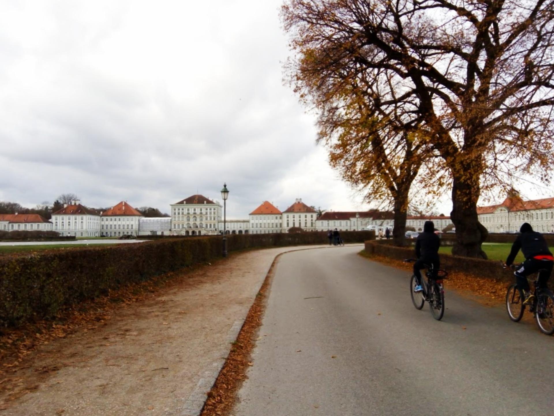 Visitantes chegam de bicicleta ao Palácio Nymphenburg, em Munique. Foto: Carolina Werneck/Gazeta do Povo