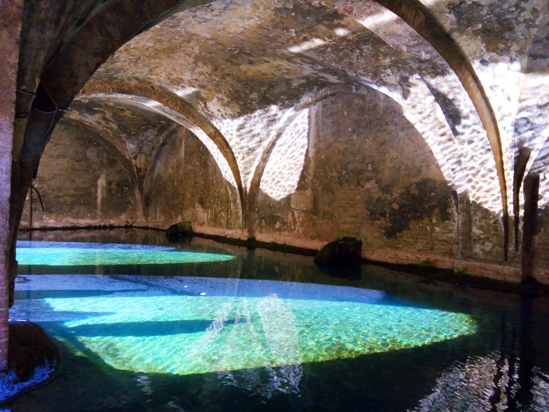 A parte de dentro da Fontebranda, em Siena, com um azul inesquecível. Foto: Carolina Werneck/Gazeta do Povo