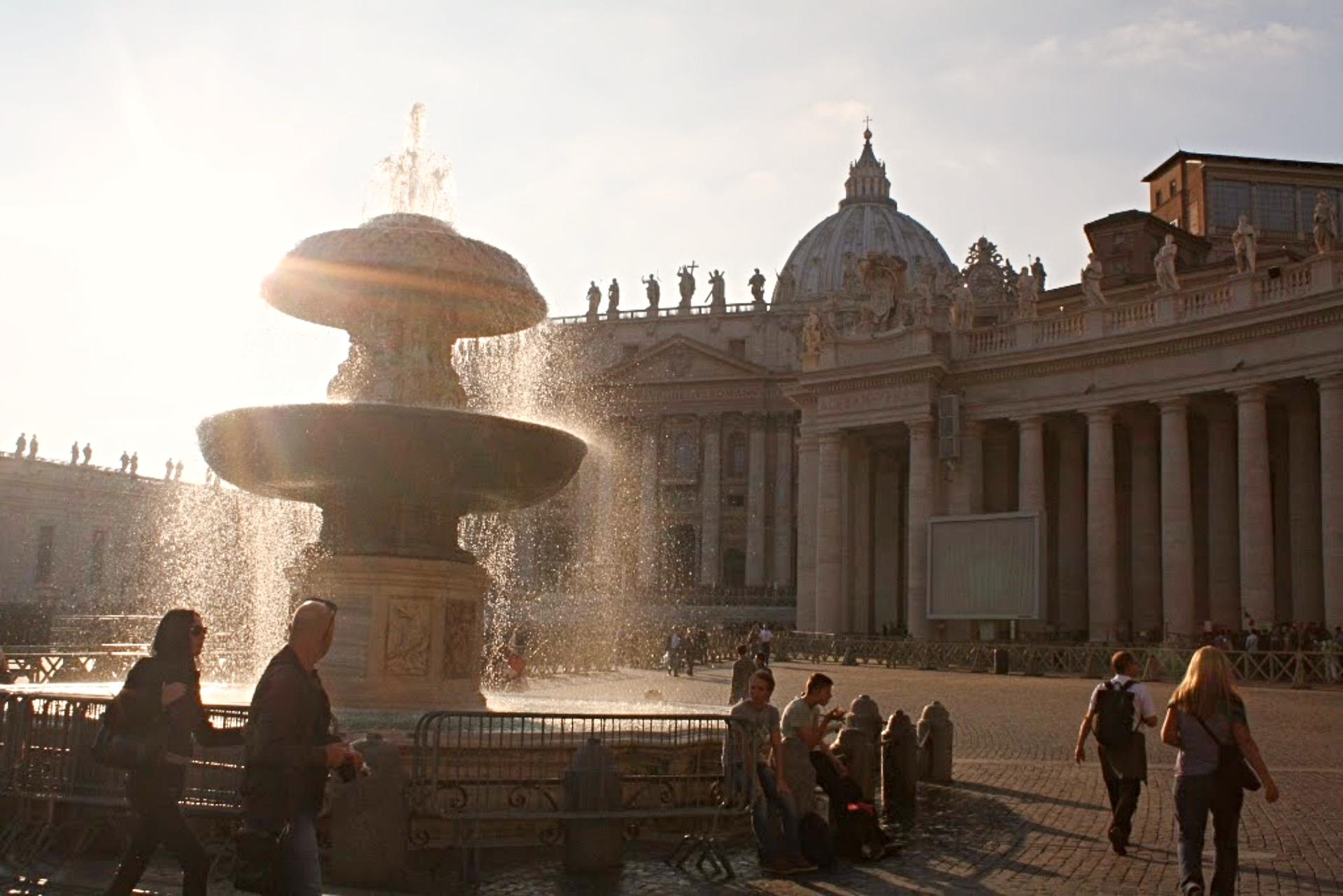 Praça de São Pedro, no Vaticano, ao entardecer. Ao fundo, a Basílica. Foto: Carolina Werneck/Gazeta do Povo
